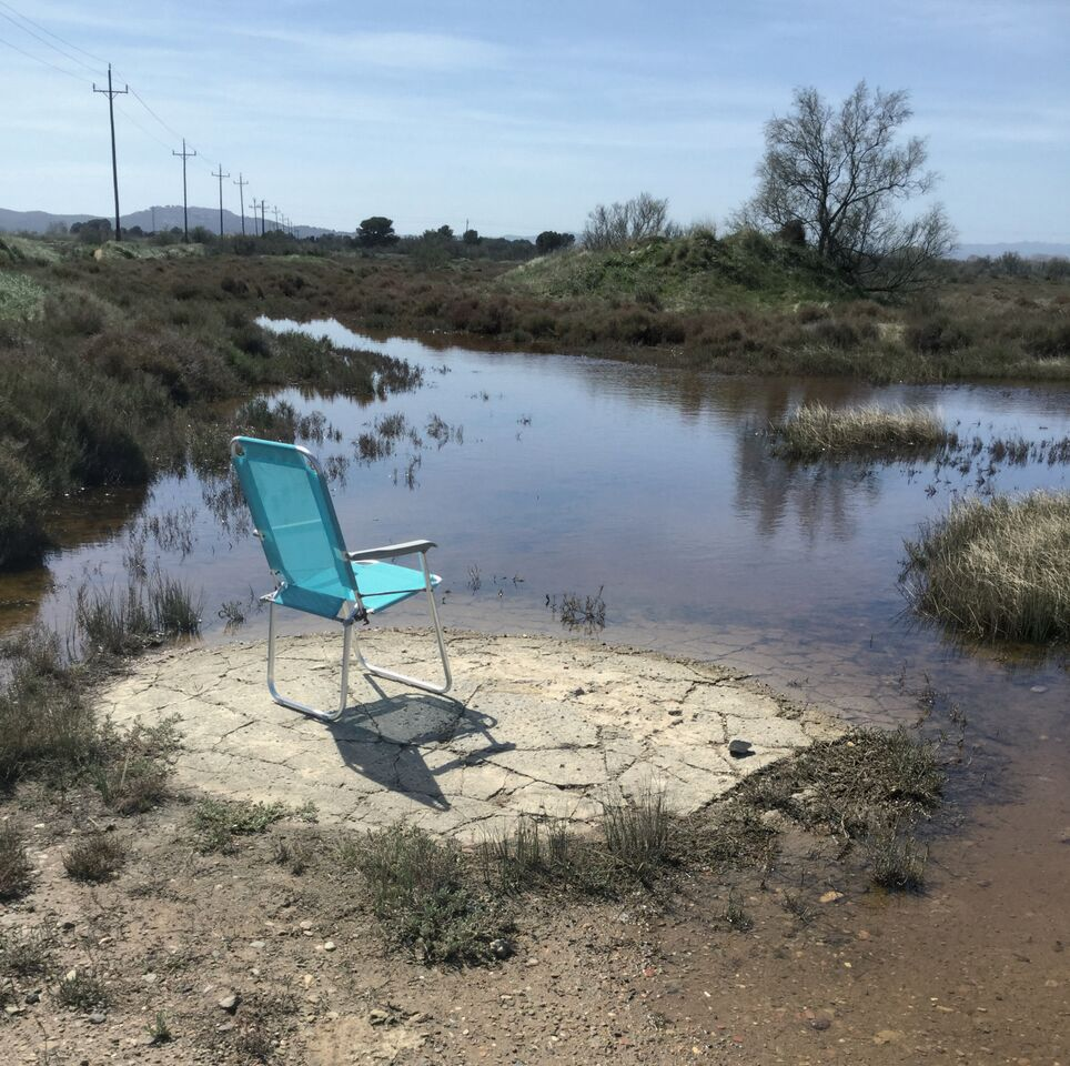 paisaje con silla azul