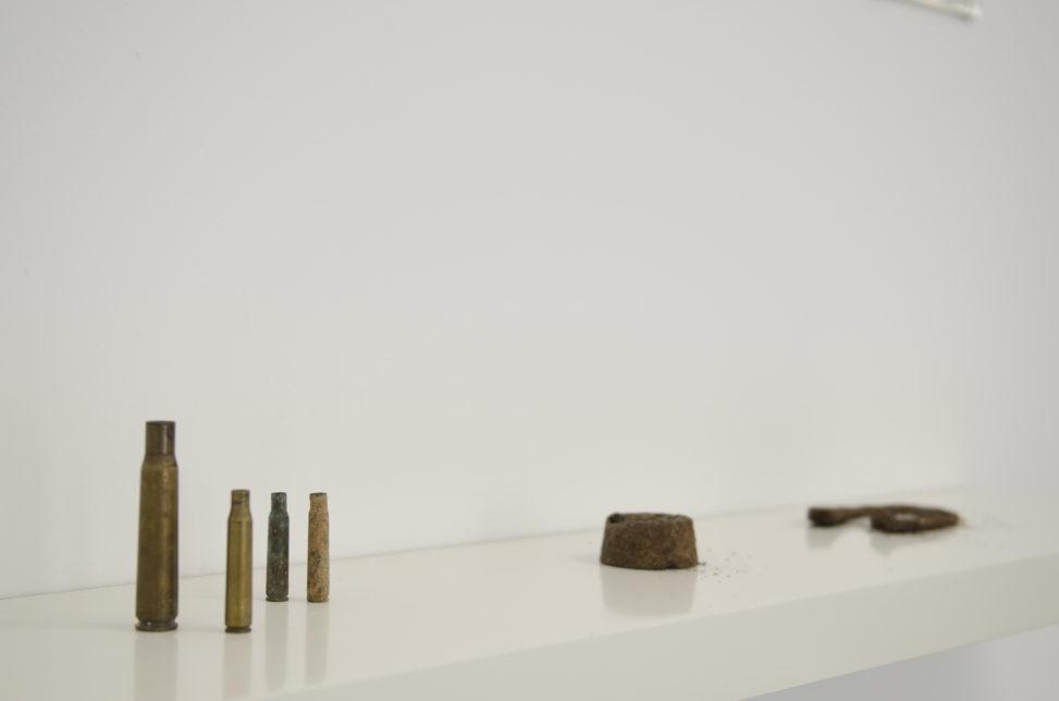 """Vista de l'exposició """"Un pati, una merla i un tros de ferralla"""" de Jordi Morell"""